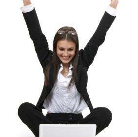בעלת עסק עצמאי שמחה עם הנהלת חשבונות לעצמאים