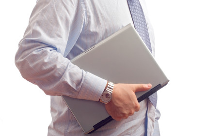 אדם נושא מחשב נייד לשימוש בתוכנה לניהול חשבונות